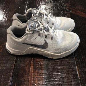 1 pair of Nike Metcon 2 training shoes